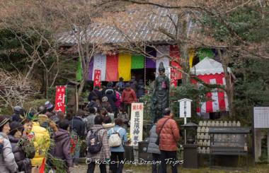 Many people are lining up to pray at the Daishidō hall of the Imakumano Kannon-ji (今熊野観音寺) one of the sub temples of Sennyū-ji Temple (泉涌寺) in Kyoto.